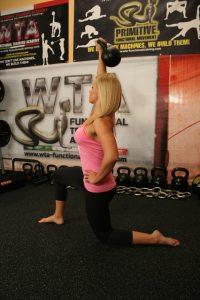 Eine Kettlebell bietet viele unterschiedliche Trainingsmöglichkeiten