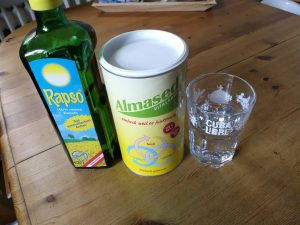 Almased sollte mit Wasser und etwas Pflanzenöl gemischt werden