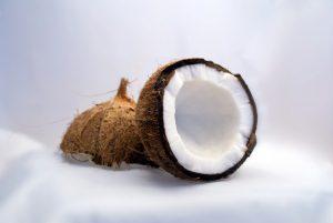 Kokosblütenzucker wird aus der Kokosnuss gewonnen