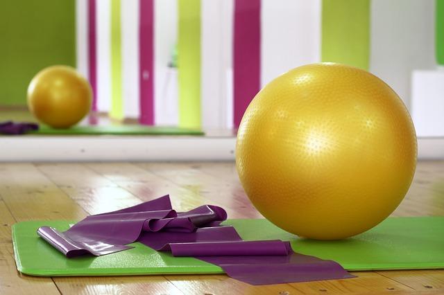 Mit einem Gymnastikband kannst du verschiedene Muskelgruppen trainieren