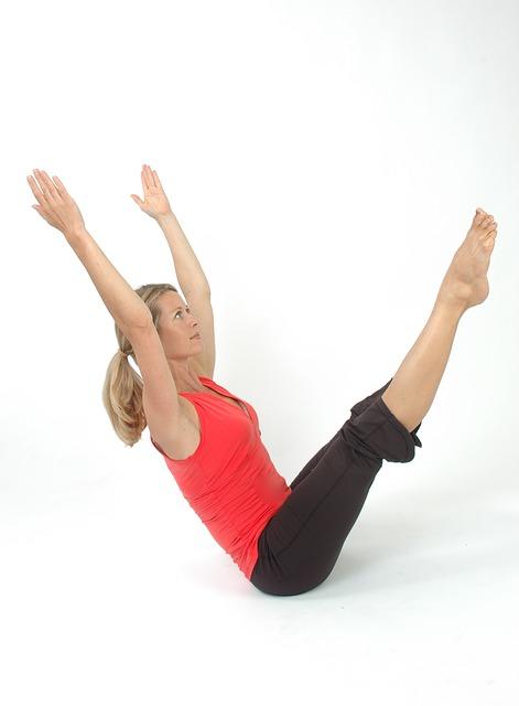 Für Pilates ist eine Fitnessmatte hilfreich