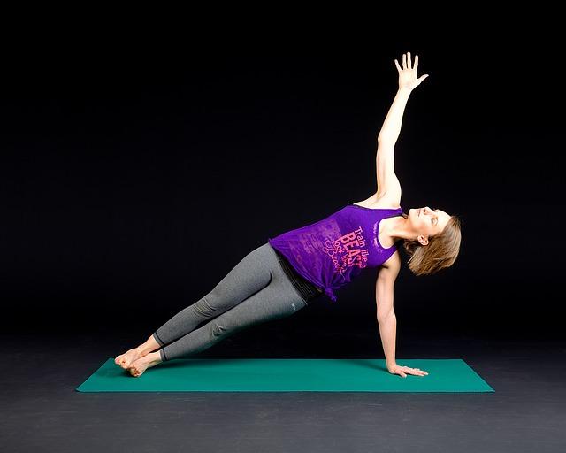 Eine Fitnessmatte eignet sich hervorragend für Yoga Übungen aller Art.