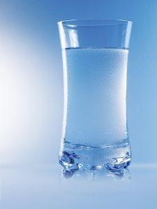 Die Hagebuttenpulver Wirkung entfaltet sich am besten in einem kalten Glas Wasser