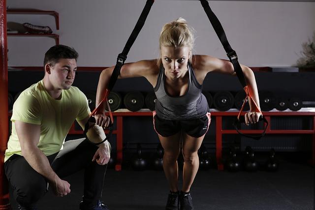 Mit einem Schlingentrainer Kraft und Ausdauer trainieren