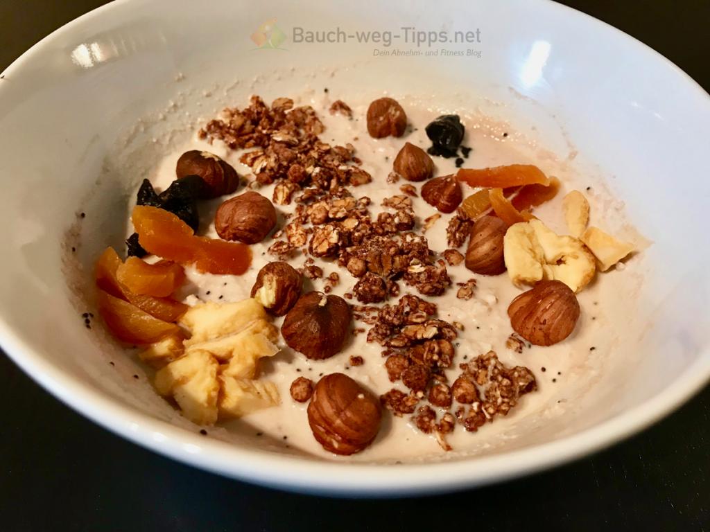 So kann das BodyChange Coconut Porridge mit ein paar Toppings aussehen.