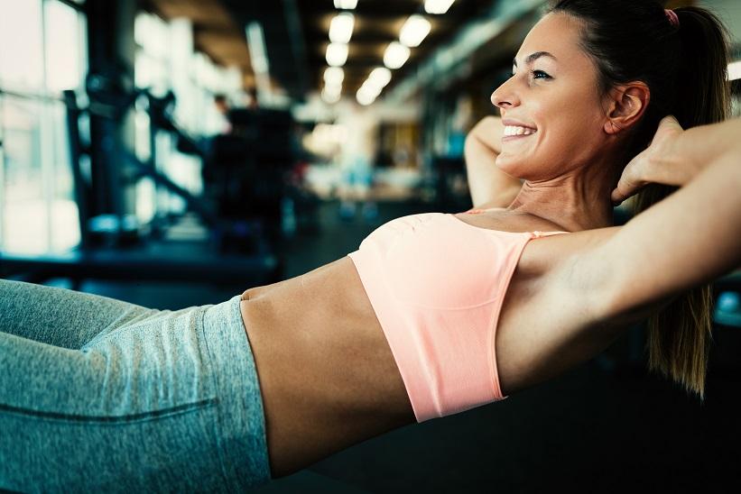 Frau arbeitet an ihrer seitlichen Bauchmuskulatur