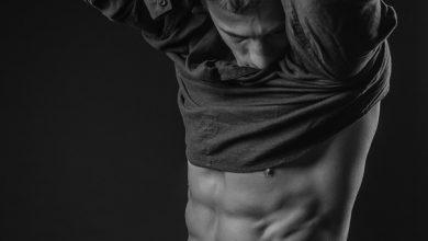 Seitliche Bauchmuskeln trainieren - Mann zieht sein Oberteil aus