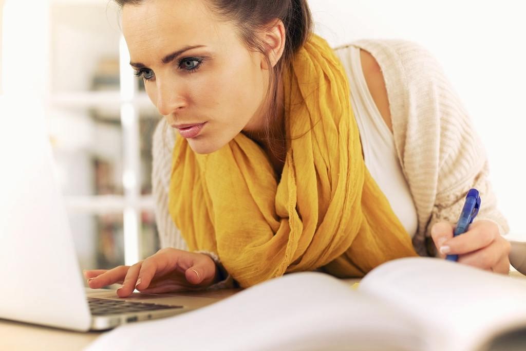 Ernährungsberaterin Fernstudium - Studentin lernt am Laptop zu Hause